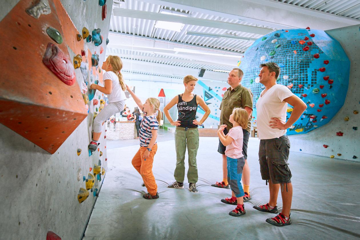 Sommer- und Familienfest 2017 in der Boulderwelt Frankfurt für Kinder und Familien mit Einführungen ins Bouldern, Kinderparcours, Kinderschminken, Hüpfburg und einer Slackline-Show.